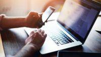 Ilustrasi seorang lelaki sedang bekerja menggunakan laptop dan ponsel (Shutterstock).