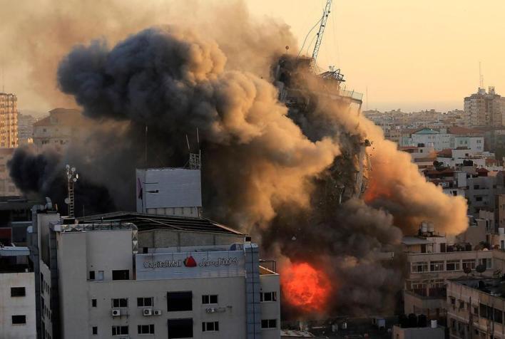Blok apartemen di Jalur Gaza yang hancur kena serangan Israel. Foto: The National