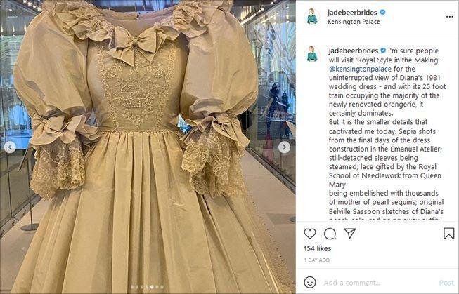 Gaun pengantin mendiang Putri Diana yang sedang dipamerkan. (Instagram/@jadebeerbrides)