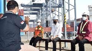 Presiden Jokowi saat meninjau dan mendengar keluh kesah sopir kontainer yang kerap dipungli preman. Foto: Ist