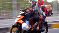 Berkendara Aman Saat Membawa Barang di Sepeda Motor